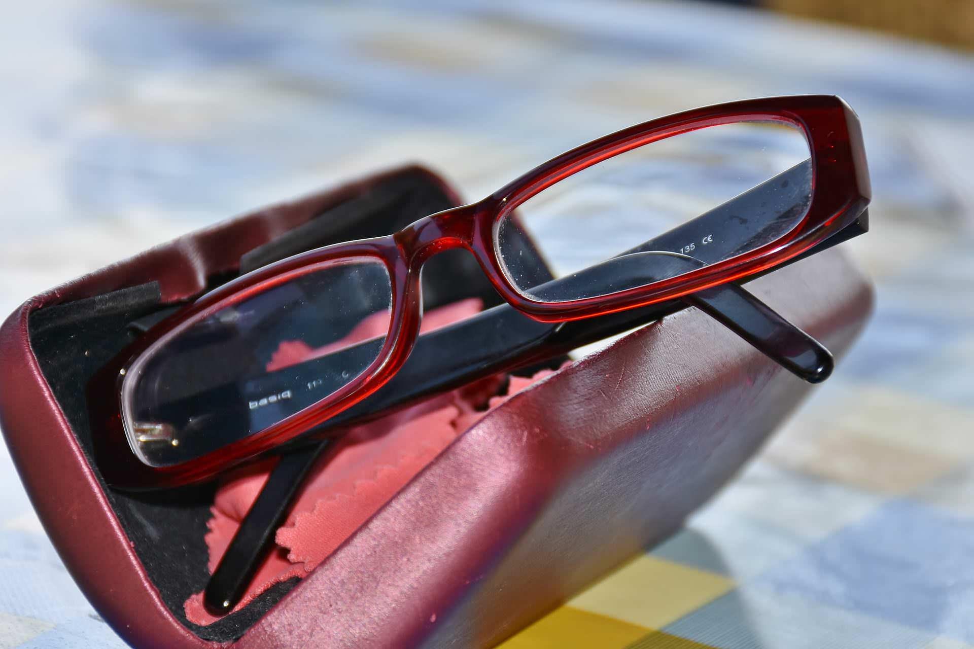 Brillenpflege: Im Etui schützen und sauber machen